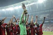 Superpohár UEFA v rukách Adriana.