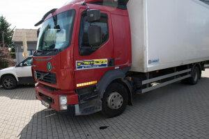 O balík peňazí prišiel vodič, ktorému v stredu v Želiezovciach vykradli nákladné auto.