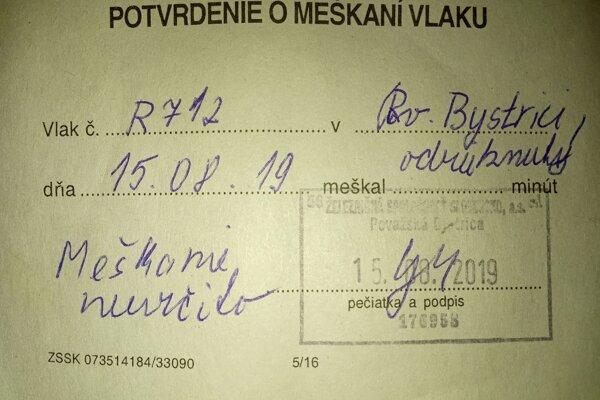 Študentka dostala pri okienku na výdaj cestovných lístkov potvrdenie o meškaní vlaku.