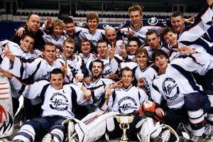 Mladí košickí hokejisti oslavujú majstrovský titul v juniorskej extralige v sezóne 2011/2012.