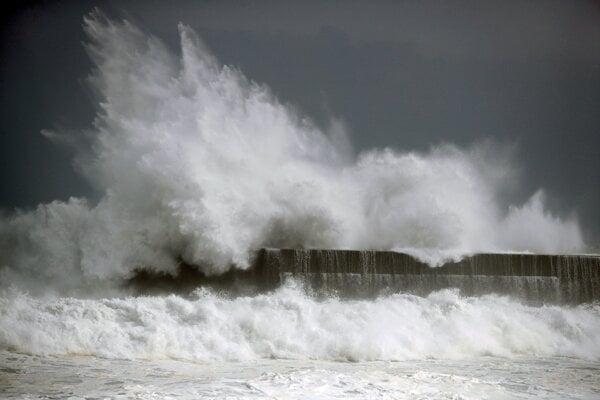 Vlnobitie v prístave Koči spôsobené tropickou búrkou Krosa.