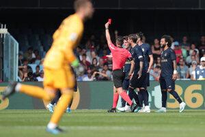Luka Modrič dostáva červenú kartu.