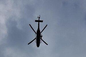 Horskí záchranár bol k pacientke spustený pomocou palubného žeriava.