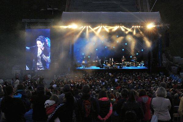 Koncert Lucie Bílej pod skokanskými mostíkmi v Tatrách.