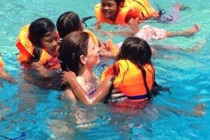 Počas hier v bazéne s deťmi v Kambodži