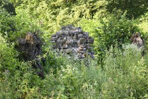 Pozostatky múrov na mieste, kde bola kedysi papiereň v obci Kamenec pod Vtáčnikom.