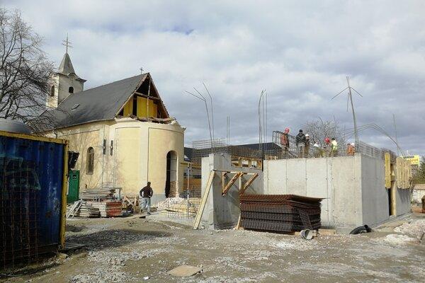 Kostol v Rovinke počas prestavby.