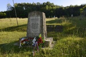 Pomník za obcou Tokajík na mieste, kde nemecké vojská 19. novembra 1944 zastrelili 32 mužov.