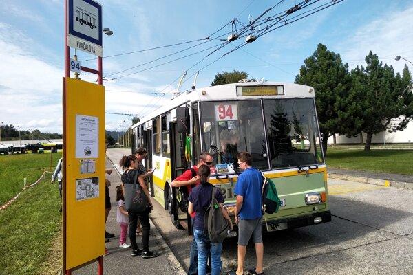 Nostalgická rozlúčková linka vyrážala z trolejbusového depa na Kvačalovej ulici.