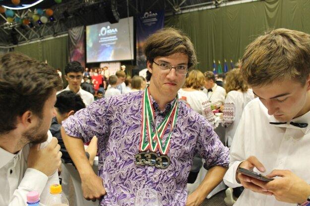 R. Lascsák zapózoval so všetkými troma získanými medailami.
