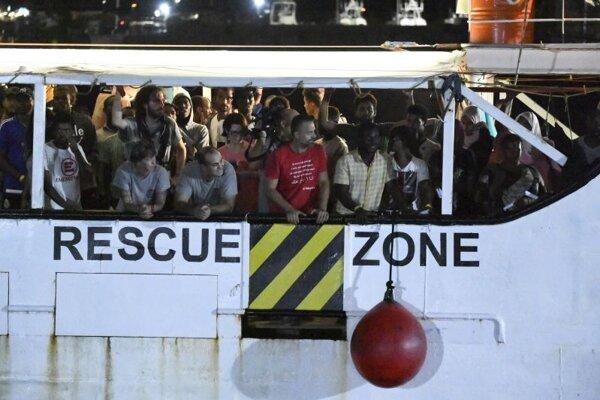 Open Arms v priebehu príchodu na Lampedusu.