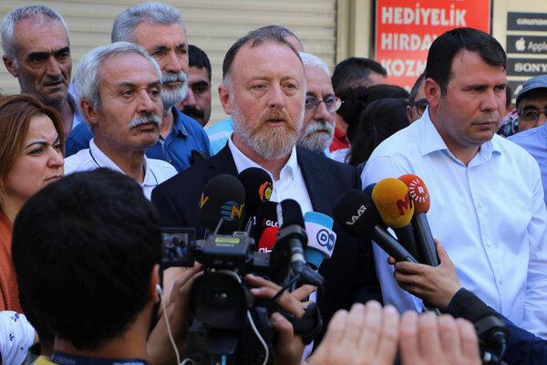 Kritiku vyjadril aj Sezai Temelli, podpredseda DEmokratickej strany Kurdov.