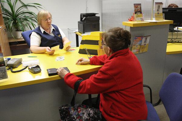 Dôchodci si zriadili účty v banke na pošte. Dostupné pobočky, kde si môžu peniaze vyberať. chcú teraz rušiť.