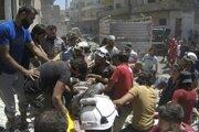 Členovia Bielych heliem a civilisti vynášajú na nosidlách zraneného muža z trosiek zrútenej budovy po leteckých útokoch sýrskych vládnych síl v meste Ariha, v sýrskej privincii Idlib.