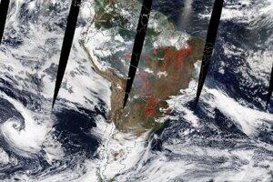 Satelitný záber Južnej Ameriky z dňa 21.8. 2019. Červené bodky označujú súčasné požiare a teplotné anomálie.
