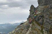 Turisti sa v búrke snažili čo najrýchlejšie dostať dole z hrebeňa.