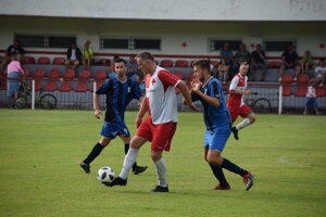 Pri lopte Tomáš Gavlák, autor druhého gólu FK Slávia Staškov.