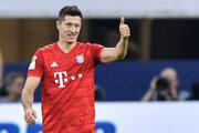 Robert Lewandowski oslavuje tretí gól do siete Schalke 04.