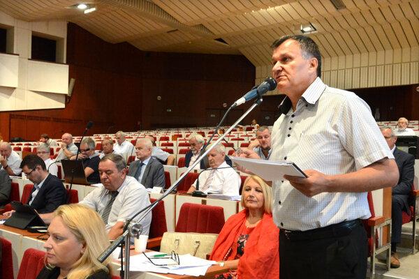 Briškár poslancom vysvetlil, že rozdeliť zákazky bolo bežnou praxou.