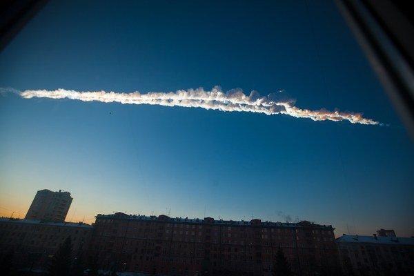 Stopa na oblohe po Čeľabinskom asteroide.