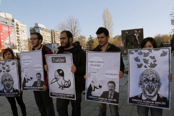 Turci protestujú proti zákazu používania Twitteru.