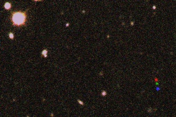 Červený, zelený a modrý bod znázorňujú pohyb 2012 VP113 po oblohe.