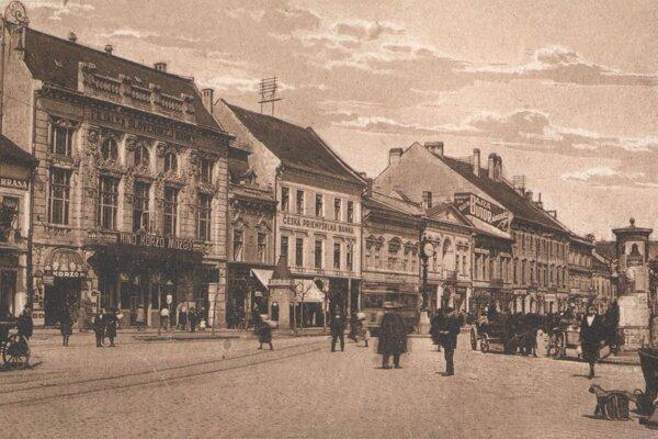 Čulý ruch na Hlavnej ulici.