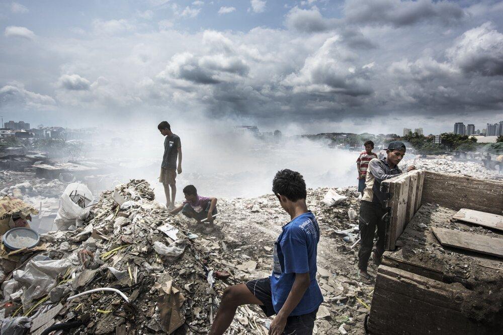 Jakarta, február 2016. Menšia odpadová skládka vo východnej Jakarte. Priváža sa sem veľké množstvo stavebného materiálu.