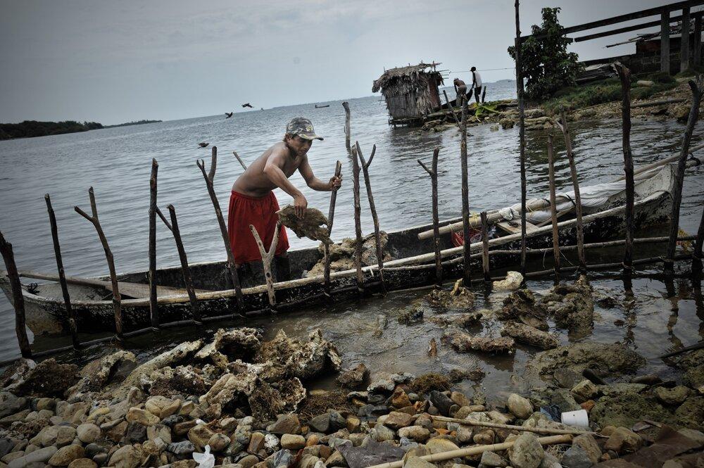Panama. Pracovník na ostrove Rio Azucar ukladá mŕtve koraly, aby tak ochránil ostrov. Kuna Yala (San Blas) pozostáva z dlhého úzkeho pásu zeme a súostrovia s 365 ostrovmi, z ktorých je 36 obývaných. Pre stúpanie morskej hladiny treba obyvateľov Kuny evakuovať na pevninu, keďže ostrovy začínajú byť pre život príliš nebezpečné. V auguste 2012 mali byť evakuované prvé štyri ostrovy. Ide o územie domorodého obyvateľstva Kunov, ktorí si autonómiu vybojovali v r. 1925.