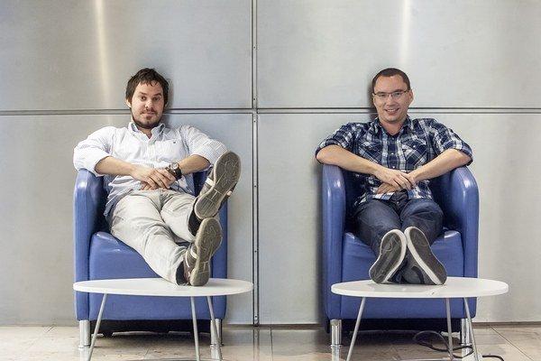 Jozef Žemla (30) a Viktor Reviliak (27) sa spoznali na univerzite. Ich miniatúrna nabíjačka  CulCharge nabíja mobil z počítača aj televízorov s USB portom.