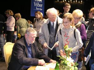 Ľubomír Feldek pri autogramiáde v Martine. V meste, ktoré je pre neho symbolom kultúry a kultúrnosti a ku ktorému ho viaže nejedna pekná spomienka.
