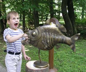 Jedným z ocenených diel, ktoré zaujalo nielen porotui, ale i malých a veľkých divákov, bola plastika ryby Adama Čierneho.