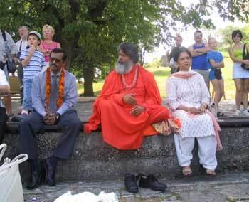 profesor mahéšvaránanda (v strede) spolu s indickým veľvyslancom m. k. lokeshom (vľavo) a jeho manželkou.