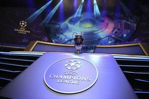 Trofej pre víťaza futbalovej Ligy majstrov je vystavená na pódiu pred začiatkom žrebu skupinovej fázy Ligy majstrov v Monaku.