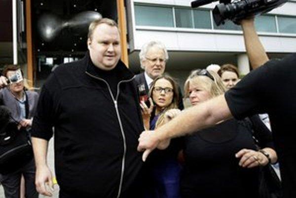 Kim Dotcom vychádza z budovy súdu.