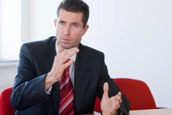 Branislav Máčaj (38) riadi Národnú agentúru pre sieťové a elektronické služby, ktorá patrí pod Úrad vlády SR. Predsedom Telekomunikačného úradu SR bol medzi decembrom 2006 a novembrom 2008, do funkcie ho navrhol Ľubomír Vážny (Smer). Smer sa zaslúžil aj o