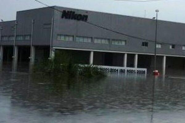 Fabrika spoločnosti Nikon zostáva aj naďalej zaplavená.