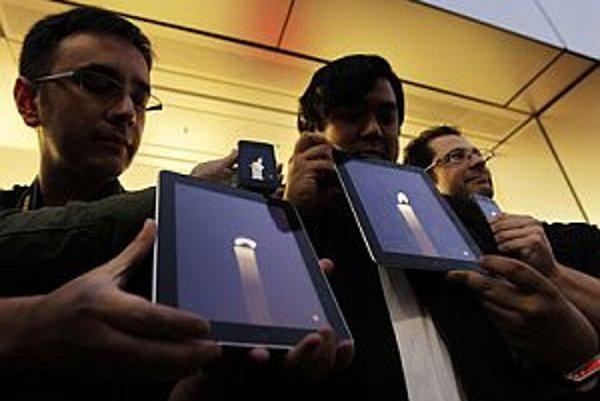 Fanúšikovia v obchode Apple v Tokiu.