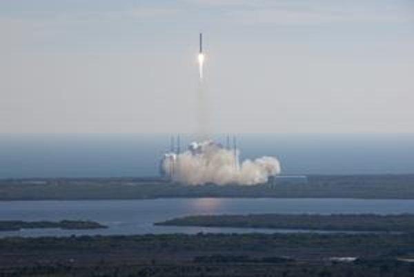 Falcon 9 už vyniesol do vesmíru loď Dragon (na snímke), testy sa daria aj SpaceShipTwo.