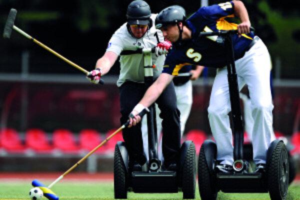 Od roku 2004 sa na vozidlách Segway hráva tímový šport – pólo. Zatiaľ ho hrá jedenásť tímov na svete, prvý šampionát bol vlani v lete vNemecku