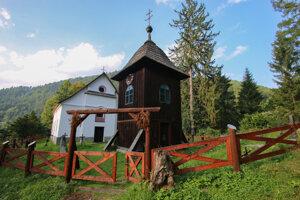 Symbolom osady je kostolík s drevenou zvoničkou.