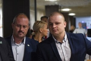 Milan Mazurek v budove Najvyššieho súdu (vpravo).