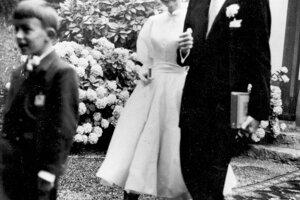 V roku 1954 sa Audrey Hepburn v jemných, takmer dievčenských šatách z dielne Balmain, vydala za producenta Mela Ferrera.