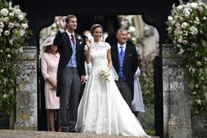 Pippa Middleton, mladšia sestra Catherine, vojvodkyne z Cambridgu, sa vydala za Jamesa Matthewsa v roku 2017. Oblečené mala šaty z dielne Gilesa Deacona.