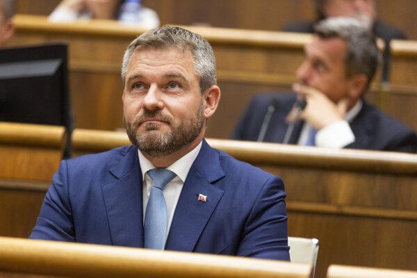 Predseda vlády  Peter Pellegrini a v pozadí predseda NR SR Andrej Danko.