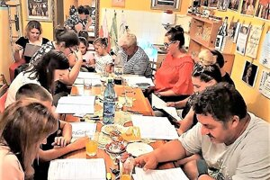 Ochotníci pri študovaní novej hry.
