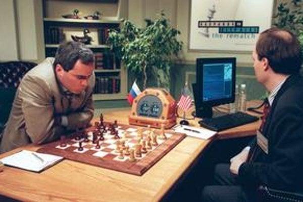 Garry Kasparov v šachovej partii proti počítaču Deep Blue.