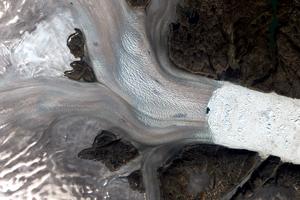 Detailný záber na ľadovec Helheim z 12. augusta 2019. Ľadovec ustúpil o 7,5 kilometra v porovnaní s rokom 1972.