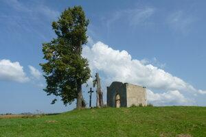 Na snímke je hrobka rodu Horváth-Palocsayovcov, ktorá sa nachádza neďaleko hradu Plaveč. Cieľom obce Plaveč je tento objekt zakonzervovať a neskôr ho sprístupniť ako súčasť prehliadky hradu.