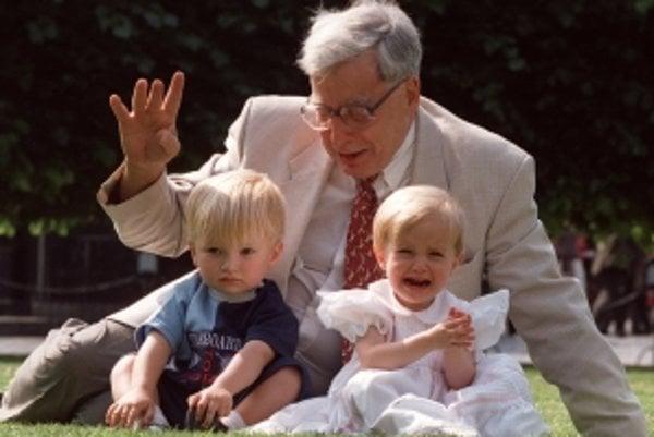 """Nobelovu cenu za medicínu získal Robert G. Edwards. Na snímke spolu s deťmi """"zo skúmavky""""."""